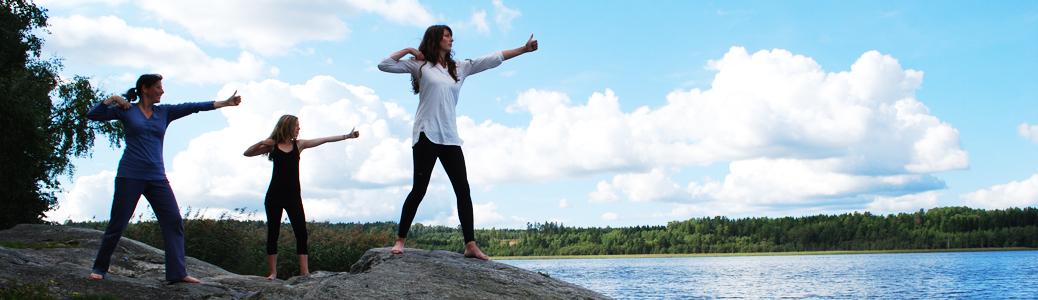 Yoga på en klippa vid havet