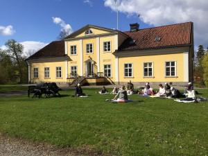 Yoga ute, Husbygård