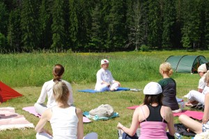 Yogastund i gröngräset