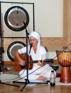 Siri Sadhana spelar