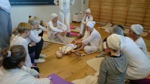 Läkare föreläser på Yogautbildning